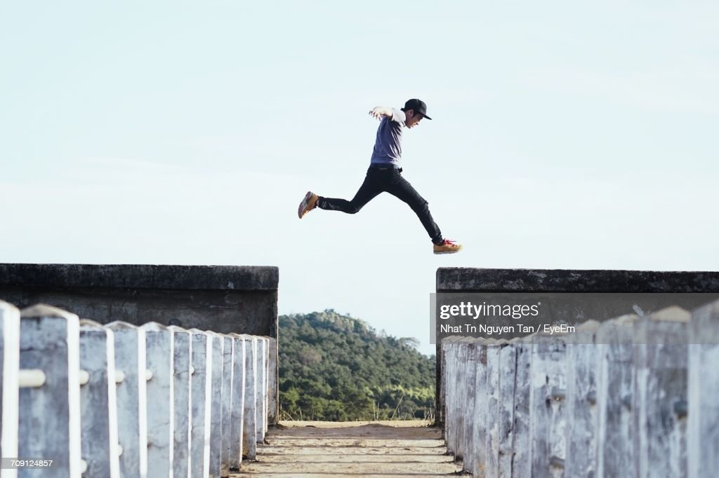 Full Length Of Man Jumping Against Sky : Stock-Foto