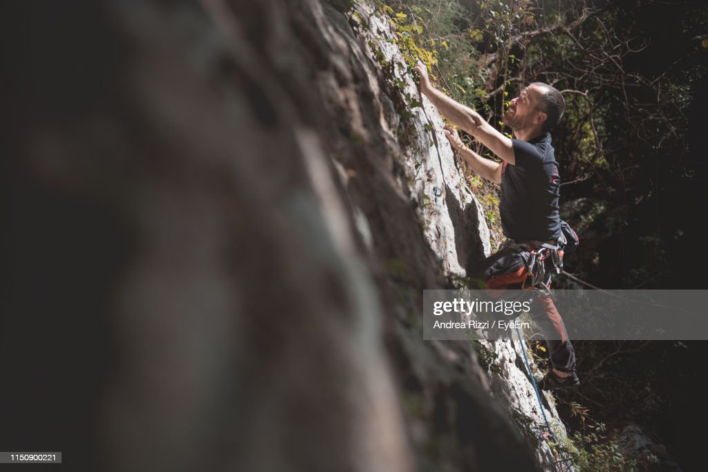Full Length Of Man Rock Climbing : Foto stock