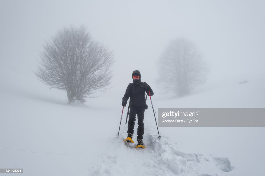 Full Length Of Man Skiing On Snow Covered Land : Foto stock