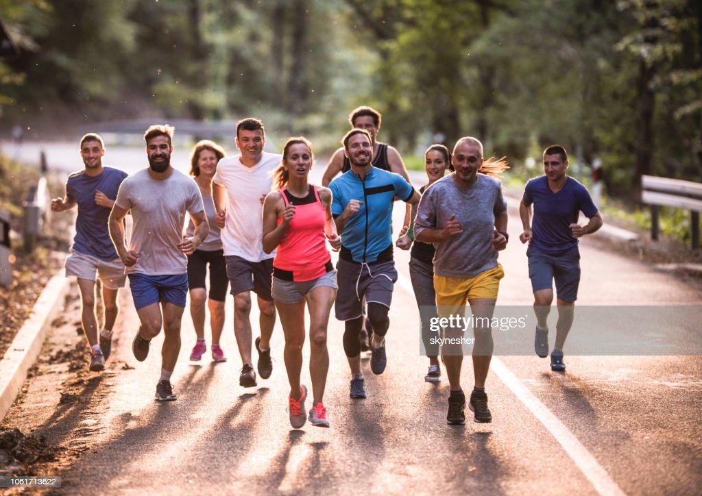 Volle Länge des Marathonläufer, ein Rennen durch die Natur. : Stock-Foto