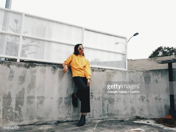 full length of woman in yellow sweater - moda imagens e fotografias de stock