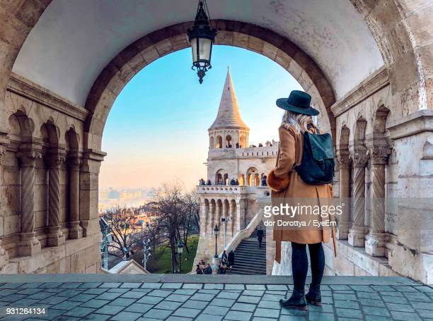 full length of woman standing in historic building - toerist stockfoto's en -beelden