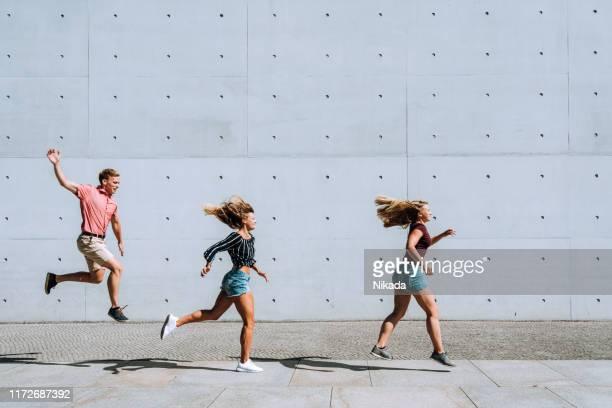 volledige lengte van jonge mensen springen - national team stockfoto's en -beelden