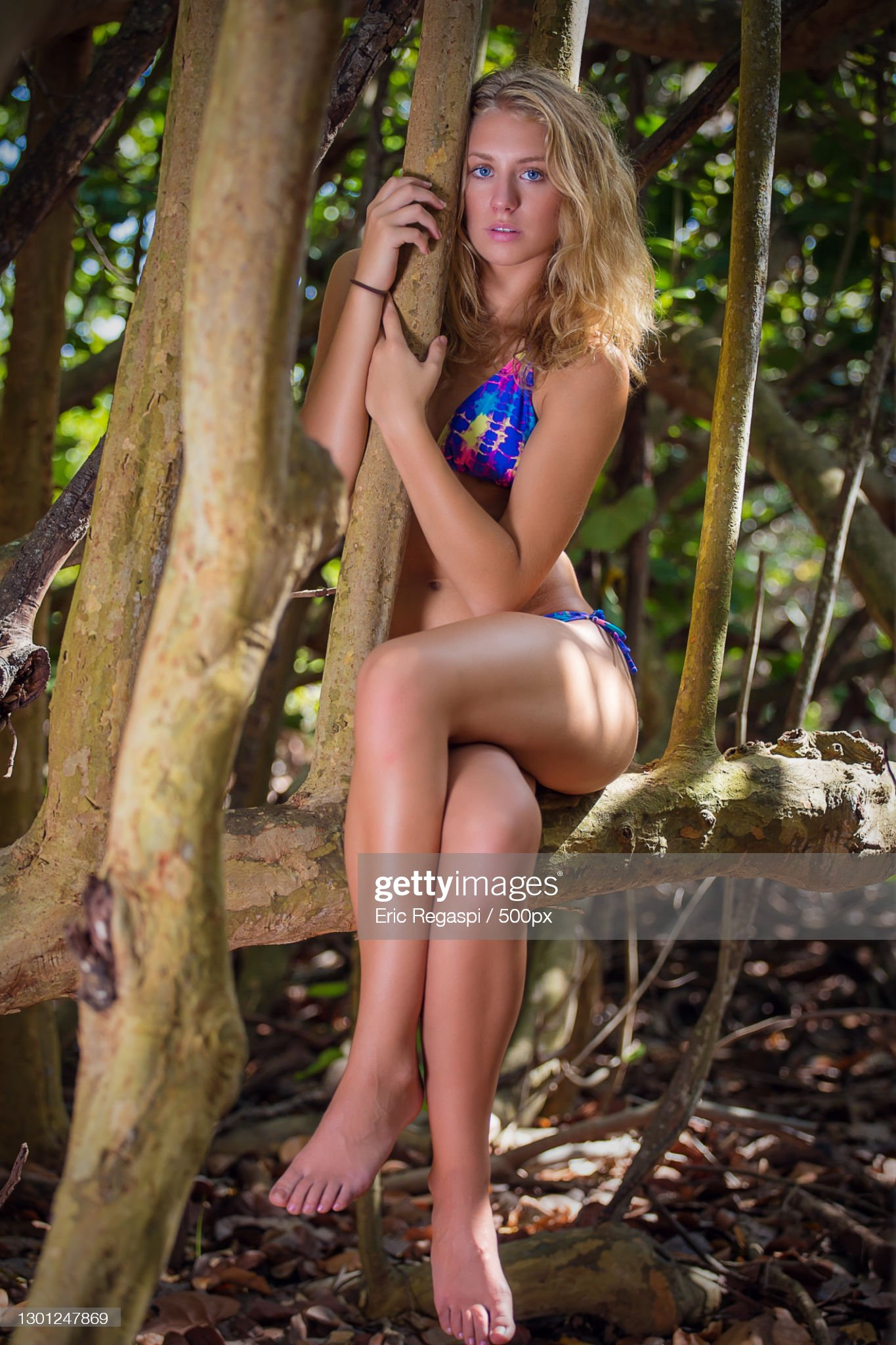 https://media.gettyimages.com/photos/full-length-of-young-woman-sitting-on-tree-trunkdelray-statesusa-picture-id1301247869?s=2048x2048