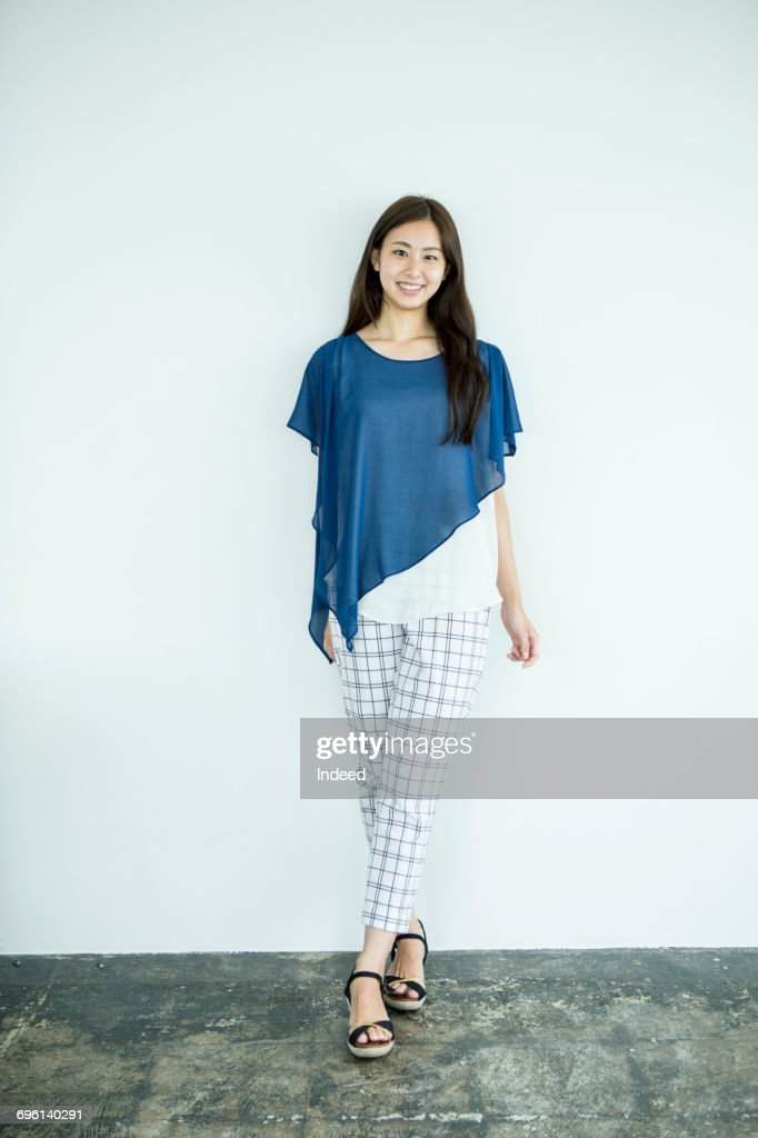 Full length of young woman, smiling : ストックフォト