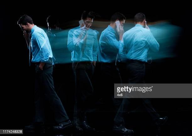 volle länge / nur ein mann / eine person / seitenansicht / profilansicht von 30-39 jahre alt erwachsene stattliche menschen kaukasischen jungen männern / männlichen geschäftsmann / geschäftsmann zu fuß / mehrfachbelichtung / lange belichtung / versch - 30 39 years stock-fotos und bilder