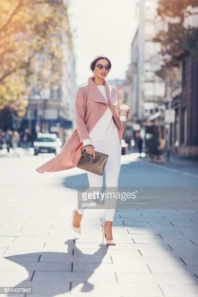 Imagen de longitud completa de una mujer joven moda