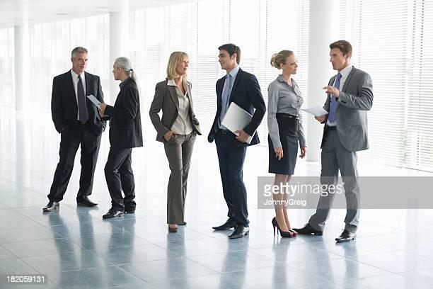 Imagen de longitud completa de personas de negocios de conversación