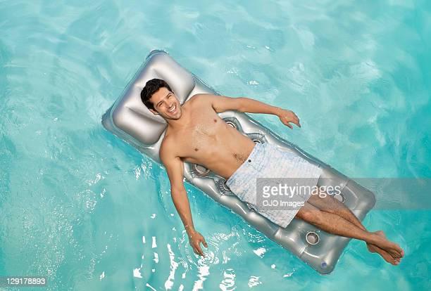 Volle Porträt Mann mittleren Alters Rafting auf dem Bauch liegen