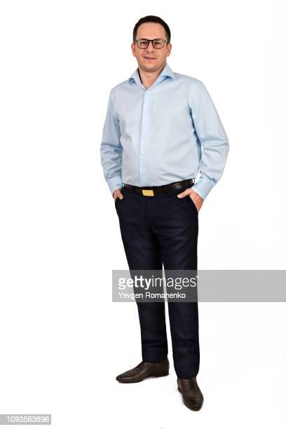 full length portrait of young man in glasses isolated on white background - encuadre de cuerpo entero fotografías e imágenes de stock