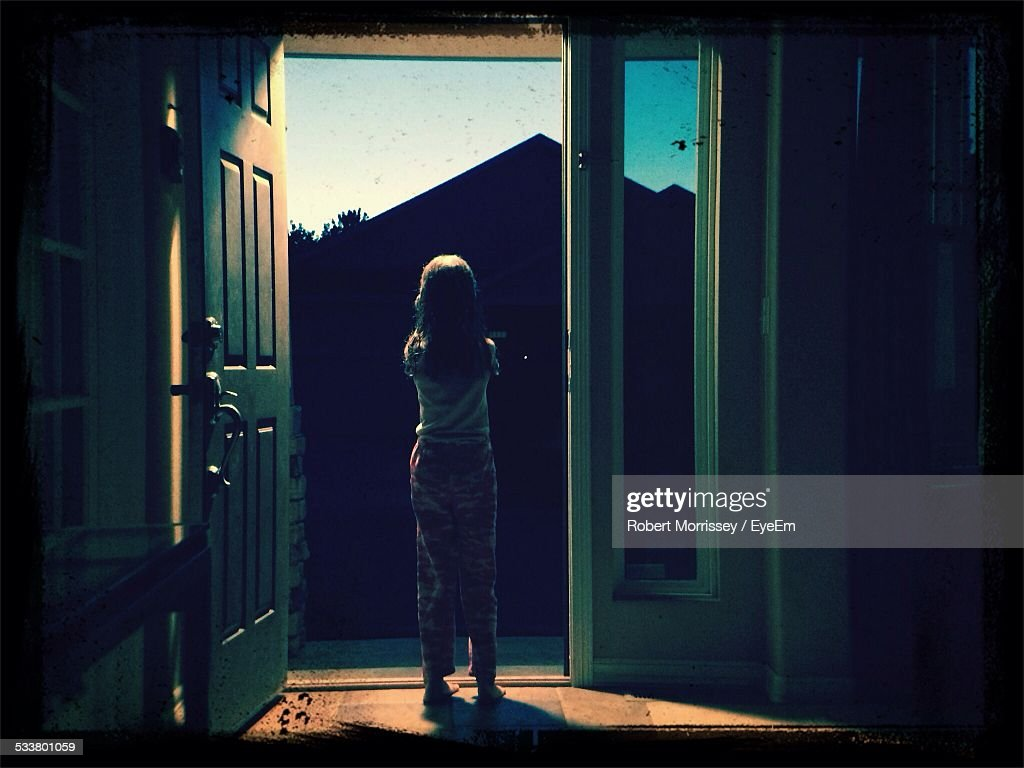 Full Length Rear View Of Girl Standing At Entrance At Home : Foto stock