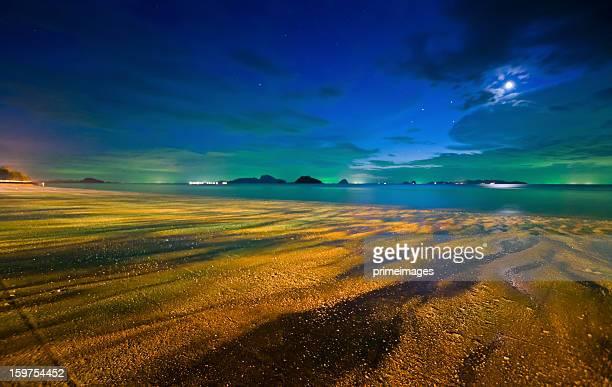 Vollmond über tropischen Strand bei Nacht