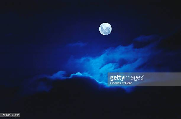 full moon illuminating clouds - pleine lune photos et images de collection