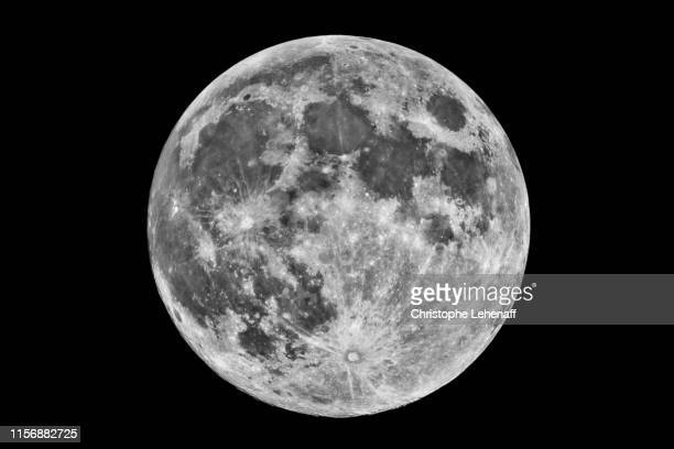 full moon in a dark sky - pleine lune photos et images de collection