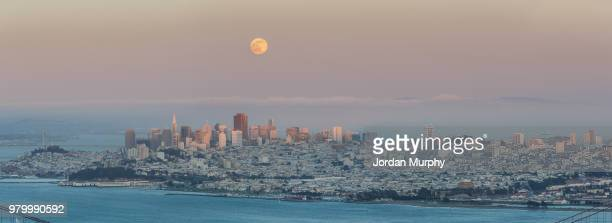 full moon over cityscape at sunset, san francisco, california, usa - pazifik stock-fotos und bilder