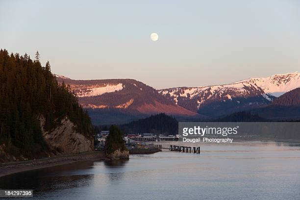 full moon over hoonah alaska - isla de chichagof fotografías e imágenes de stock