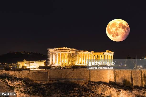 full moon over the acropolis in athens, greece - diosa atenea fotografías e imágenes de stock