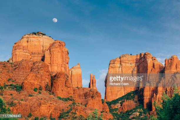 a full moon rises above cathedral rock in sedona - rocha vermelha imagens e fotografias de stock