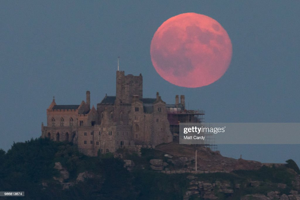 Strawberry Moon Rises Over St Michael's Mount : News Photo