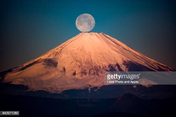 Full moon set in Red Fuji