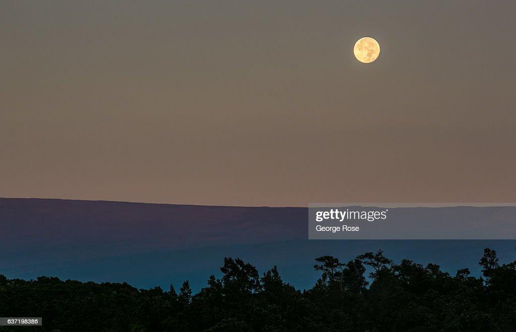 exkluzív ajánlatok futócipő elég olcsó A full moon sets in the west as viewed from the Jagger Museum ...