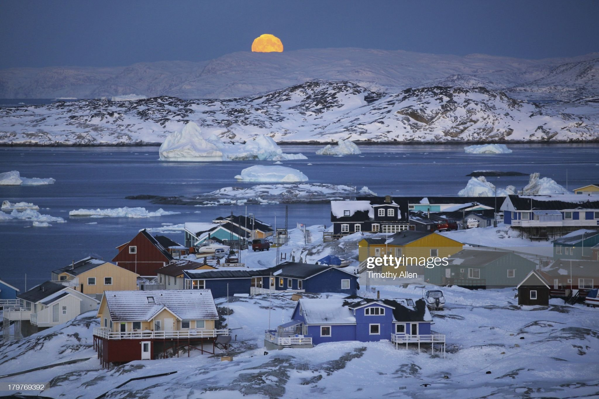 Full moon,icebergs & colourful houses in Ilulissat : Foto stock
