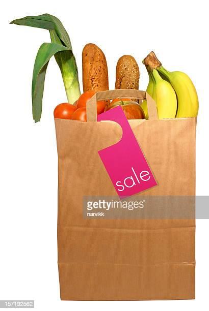 Un sac en papier avec des produits de la vente, le path inclus