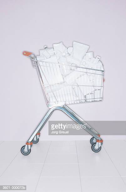 full shopping cart - caddie rempli photos et images de collection