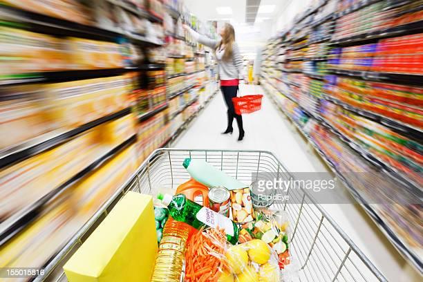 un panier au supermarché vitesse avec motion blur principales - caddie rempli photos et images de collection