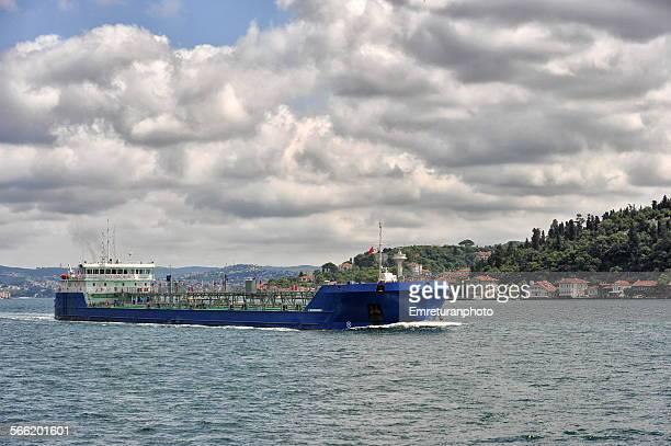 full tanker passing the bosphorus - emreturanphoto - fotografias e filmes do acervo