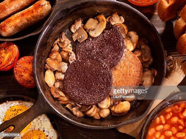 Reichhaltiges englisches Frühstück mit Blut Pudding
