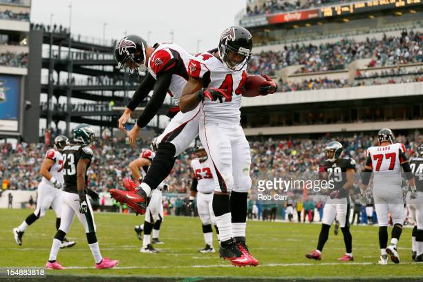 Fullback Jason Snelling of the Atlanta Falcons celebrates with quarterback Matt Ryan after rushing for a first quarter touchdown against the...