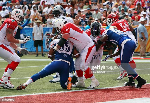 Fullback Le'Ron McClain of the AFC AllStars Baltimore Ravens rushes for a touchdown against the NFC AllStars in the 2009 NFL Pro Bowl at Aloha...