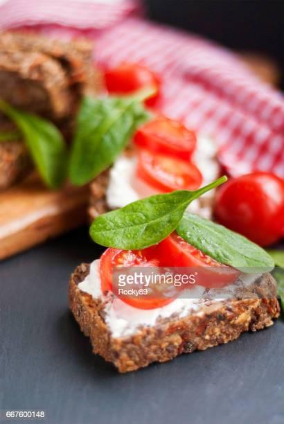 Vollnarbigem, glutenfrei Brot mit Mandel-Frischkäse