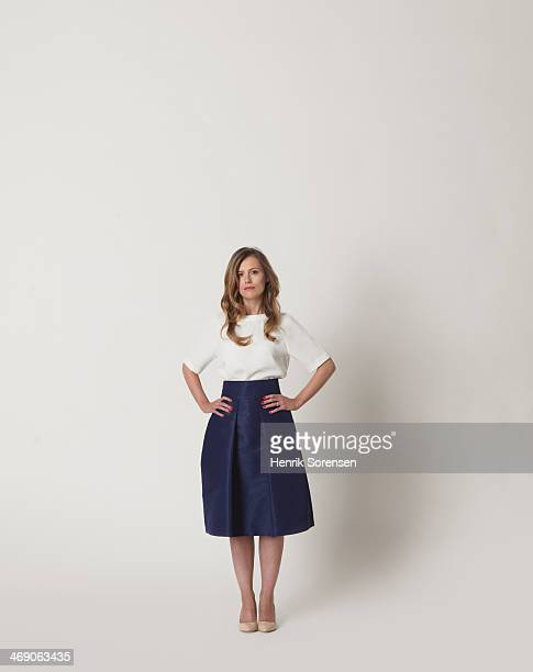 full-length portrait of a young woman - handen op de heupen stockfoto's en -beelden