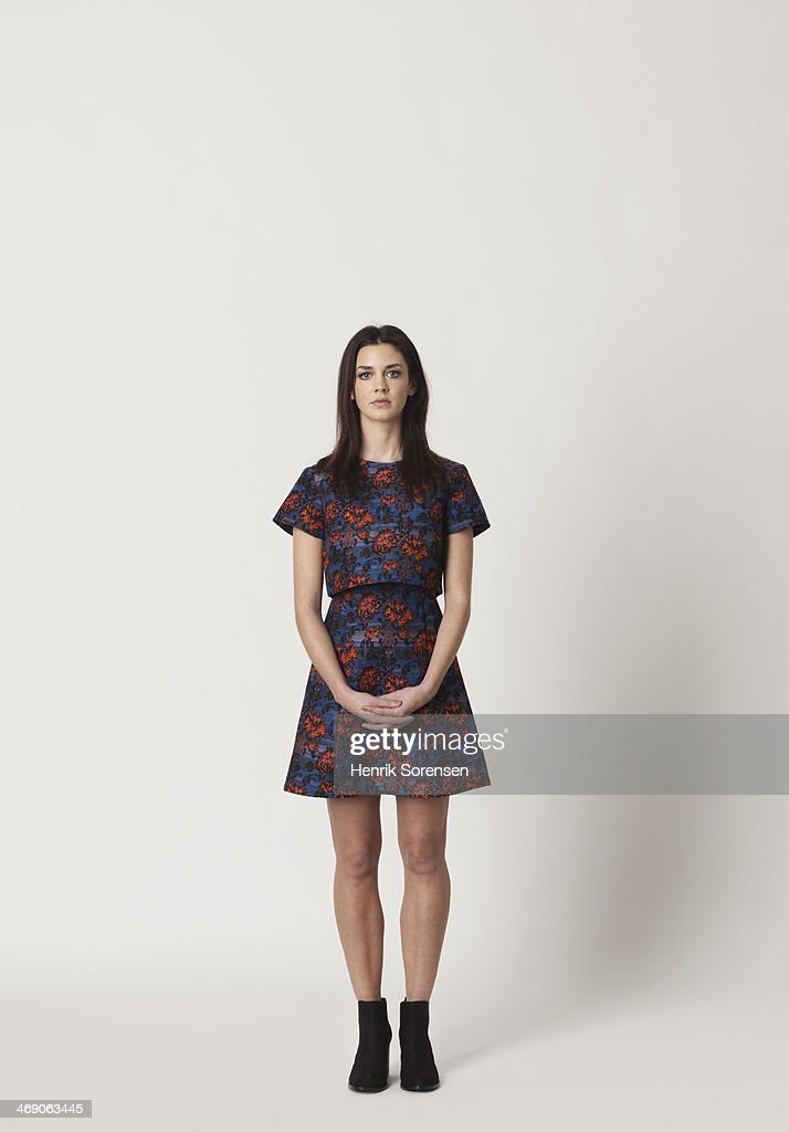 Full-length portrait of a young woman : Foto de stock