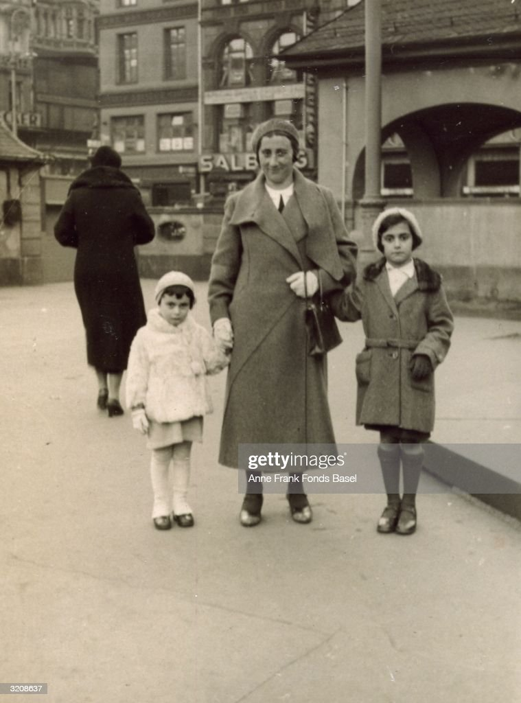 Mother And Daughters : News Photo