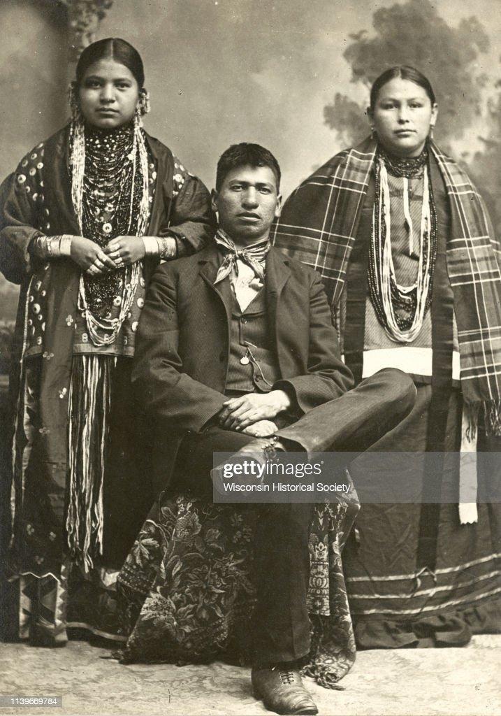 Portrait of Ho-Chunk Family : News Photo