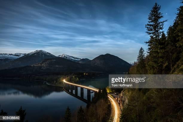 fullmoon night at lake sylvensteinspeicher - traccia di luce foto e immagini stock