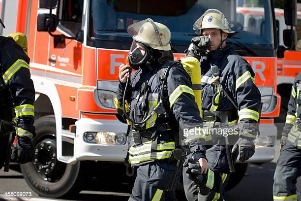 Voll ausgestattete deutsche firefighters