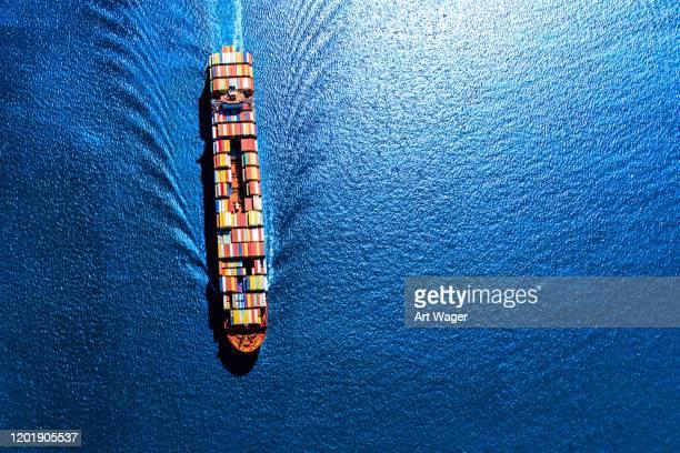 完全に積み込まれたコンテナ船 - 貨物船 ストックフォトと画像
