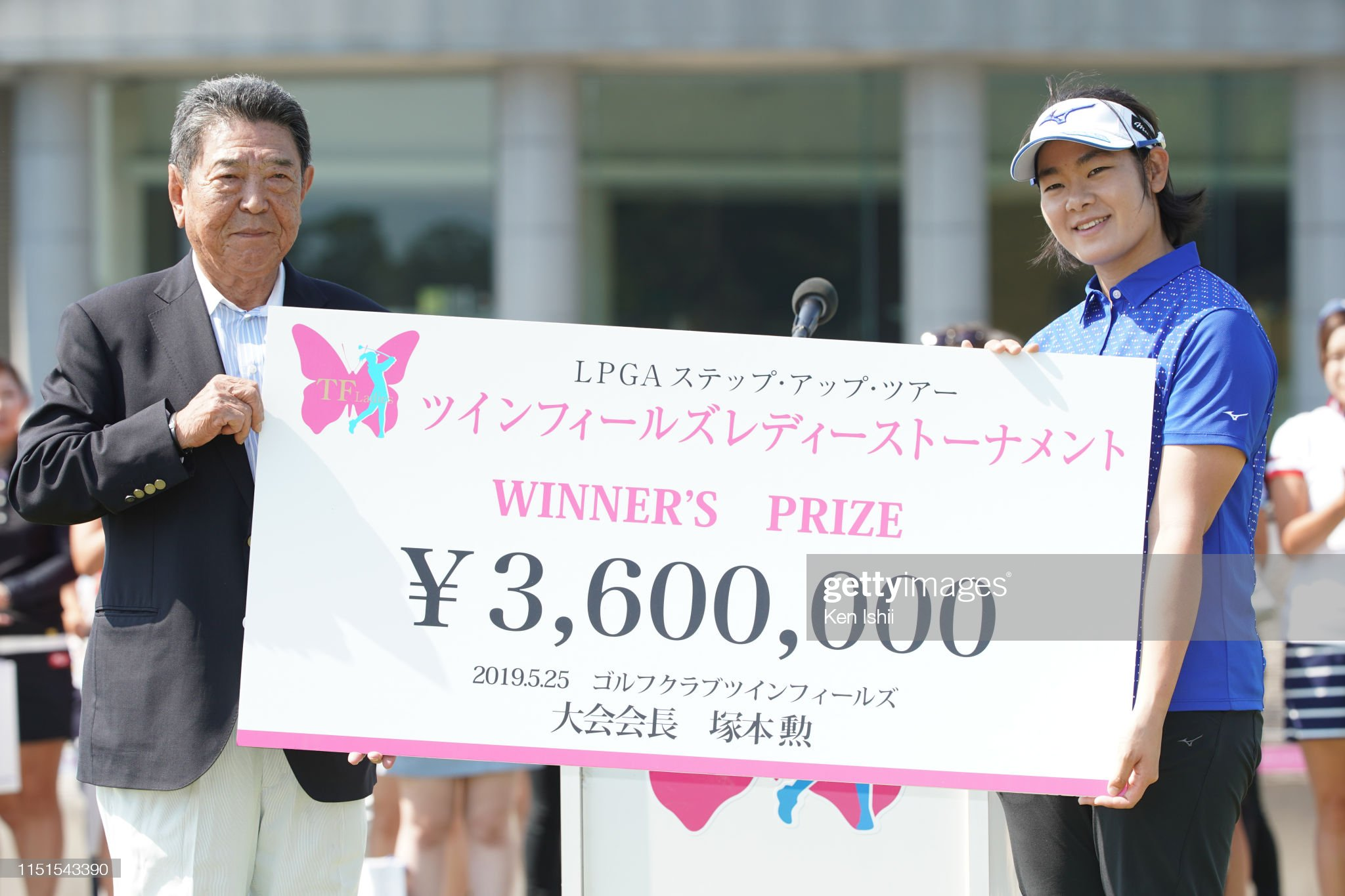 https://media.gettyimages.com/photos/fumika-kawagishi-of-japan-receives-the-cheque-from-kaga-electronics-picture-id1151543390?s=2048x2048