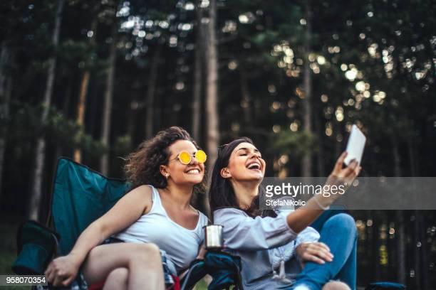 plaisir et repos dans la forêt, selfie fois - ados lesbiennes en couple photos et images de collection