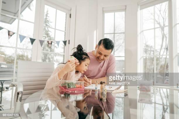 Spaß und Snacks in der Küche mit Papa