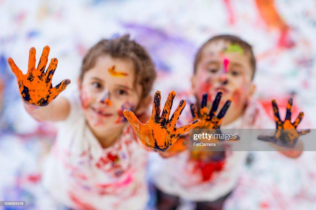 Kindheit Spaß Malen mit Fingerfarben Bruder und Schwester : Stock-Foto