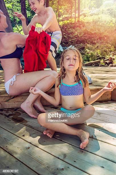 """ご家族での楽しいひとときの桟橋でひと泳ぎの後に、夏のです。 - """"martine doucet"""" or martinedoucet ストックフォトと画像"""