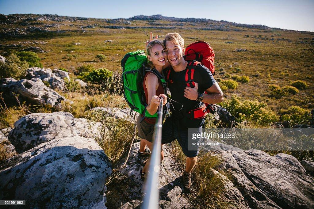 Loisirs entre amis en tenant un selfie extérieur pour bâton de randonnée : Photo