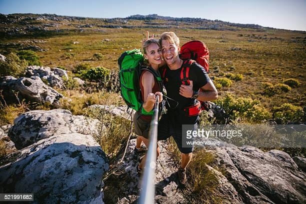 Loisirs entre amis en tenant un selfie extérieur pour bâton de randonnée