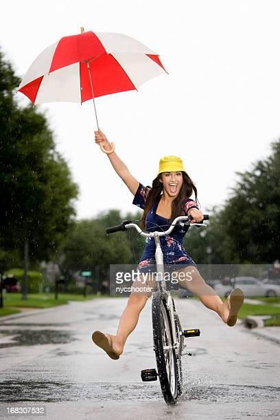 Amusant dans une douche à jets de pluie d'été