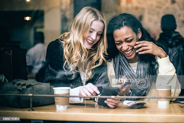 fun in the coffee shop - alleen vrouwen stockfoto's en -beelden